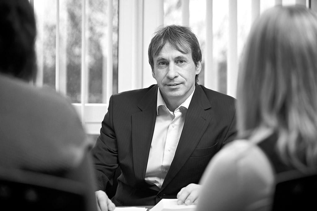 Foto: Steuerberater Heinz Herres im Mitarbeitergespräch